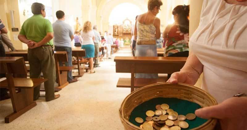 Cobrar por los sacramentos