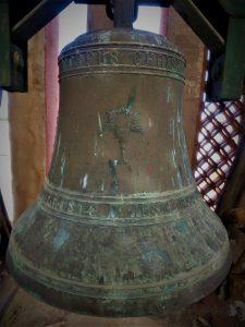 nombre grabado en la campana